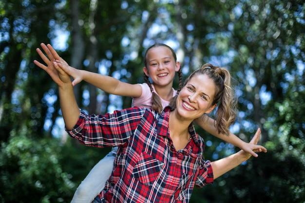 Portret van speelse moeder en dochter