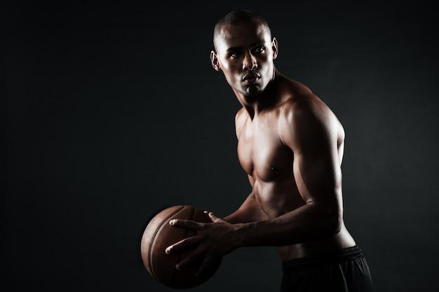 Portret van speler van het afro de amerikaanse basketbal met bal