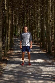 Portret van sport en fitness agentmens die in bos na marathonlooppas en training van de hoge intensiteitsinterval de sprint in openlucht rusten.