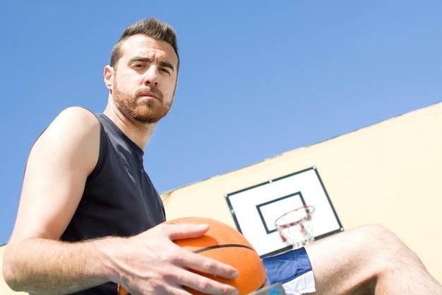 Portret van sport man met basketbal