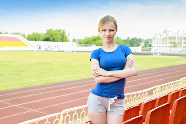 Portret van sportief meisje op renbanen buiten