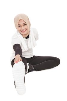 Portret van sportieve moslimvrouw die vóór training opwarmen