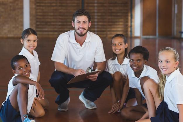 Portret van sportleraar en schoolkinderen