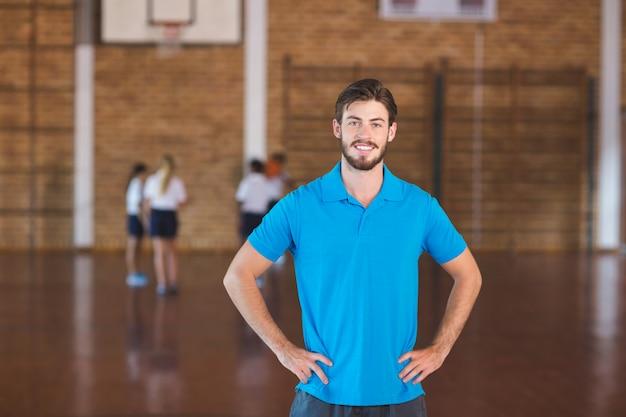 Portret van sportleraar in basketbalveld