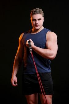 Portret van sportman met donkere scène