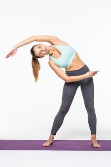 Portret van sportmeisje die yoga uitrekkende oefening doen