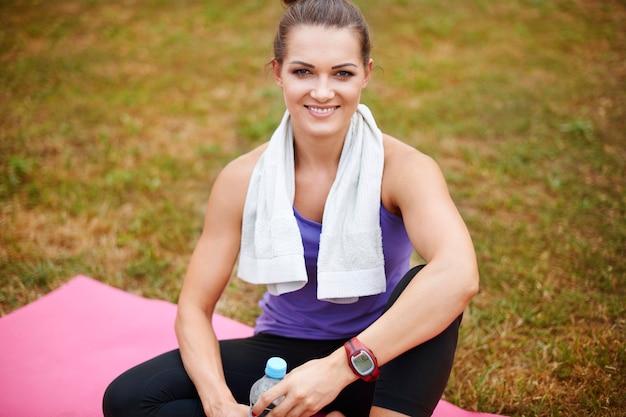 Portret van sportvrouw in het park
