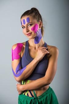Portret van sportvrouw in kinesio therapeutische banden