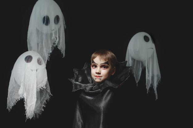 Portret van starende vampierjongen met spoken