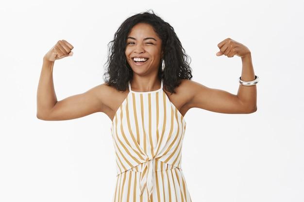 Portret van sterke en onafhankelijke vrolijke stijlvolle afro-amerikaanse vrouw