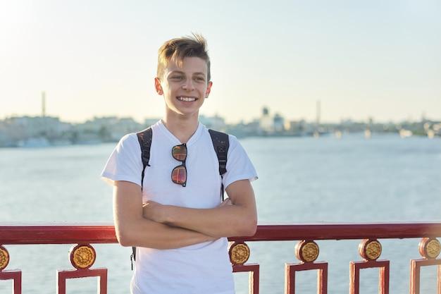 Portret van stijlvolle glimlachende tiener van 15 jaar oud