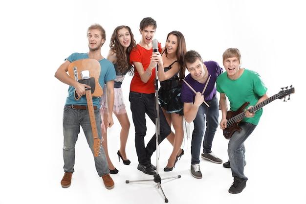 Portret van stijlvolle jeugdmuziek rockband. geïsoleerd op een witte achtergrond. foto met kopie ruimte.