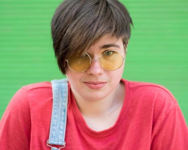 Portret van stijlvolle jonge jongen draagt een zonnebril