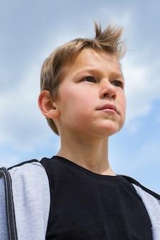Portret van stijlvolle jonge jongen tiener buitenshuis