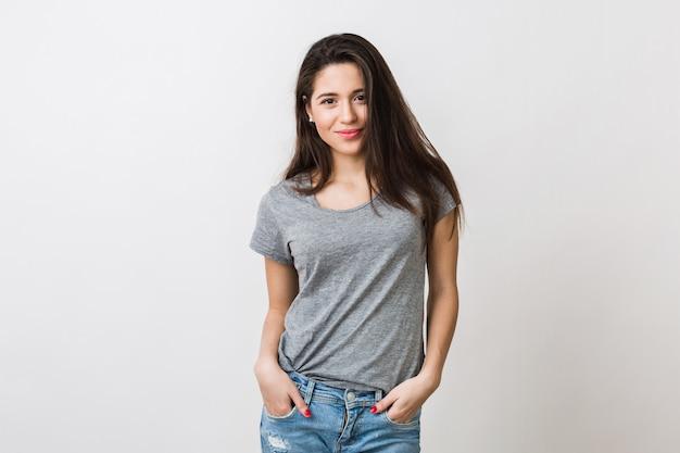 Portret van stijlvolle jonge mooie vrouw die lacht in grijs t-shirt op, geïsoleerde, natuurlijke look, lang bruin haar, jeans, sexy, casual stijl