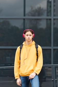 Portret van stijlvolle jonge reiziger
