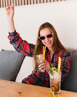 Portret van stijlvolle jonge vrouw die van de zomer geniet