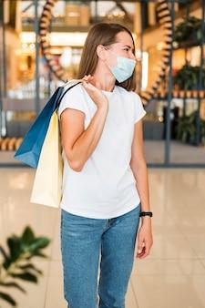 Portret van stijlvolle jonge vrouw gezichtsmasker dragen