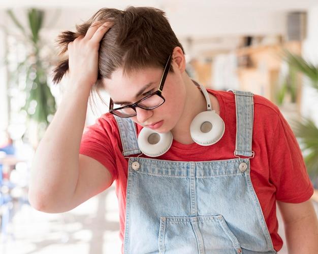 Portret van stijlvolle jongen met koptelefoon