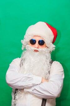 Portret van stijlvolle kerstman. modieuze kerstman
