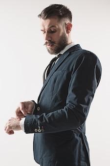 Portret van stijlvolle knappe jonge man