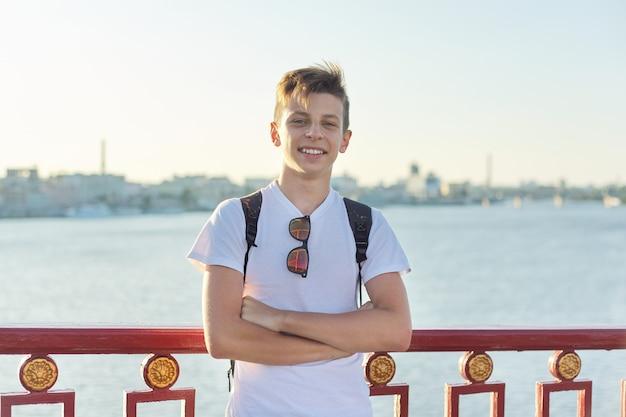 Portret van stijlvolle lachende tiener van 15 jaar oud