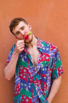 Portret van stijlvolle man eten van ijs