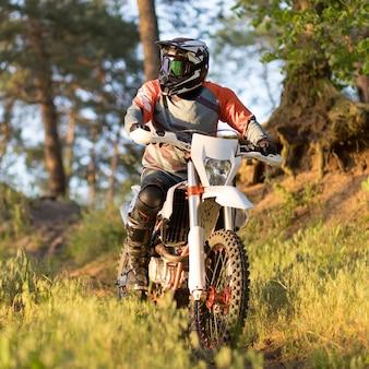 Portret van stijlvolle man genieten van motor rijden