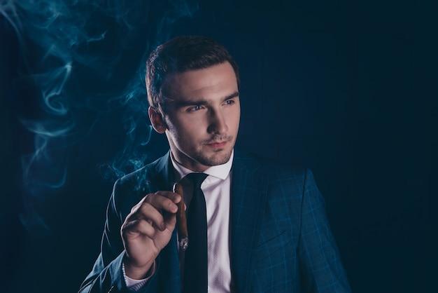 Portret van stijlvolle man met sigaar