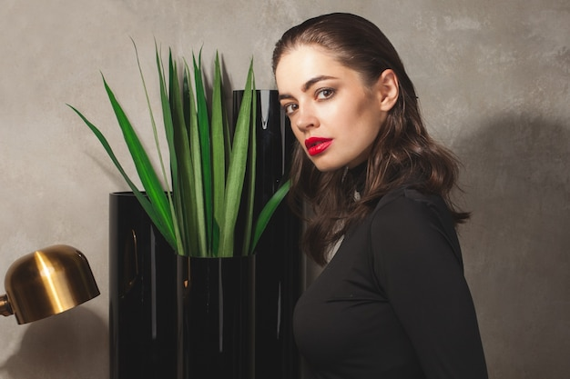 Portret van stijlvolle mode vrouw met contrast make-up en kapsel close-up