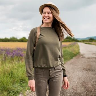 Portret van stijlvolle reizen met hoed