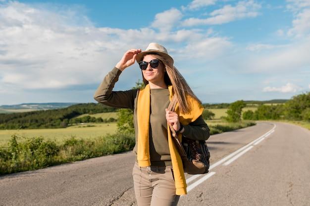 Portret van stijlvolle reiziger met hoed en zonnebril