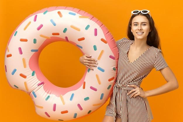 Portret van stijlvolle schattige tienermeisje in trendy kleding genieten van zomervakanties