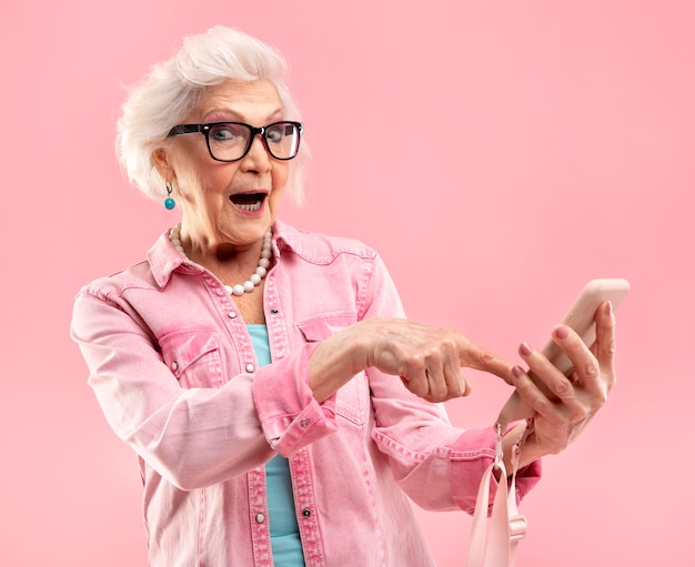 Portret van stijlvolle senior vrouw in roze
