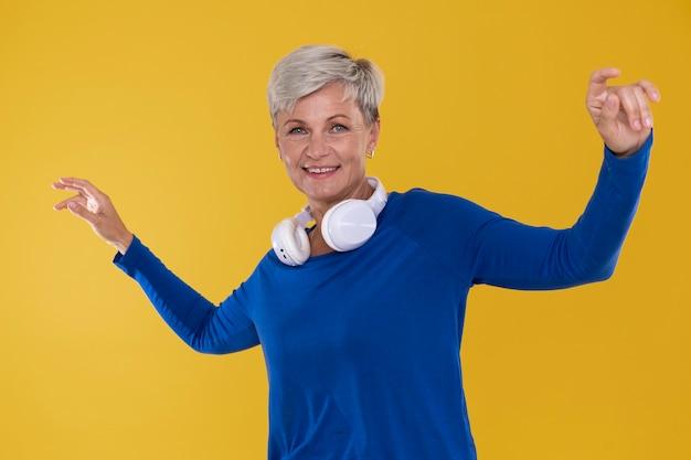 Portret van stijlvolle senior vrouw met een koptelefoon