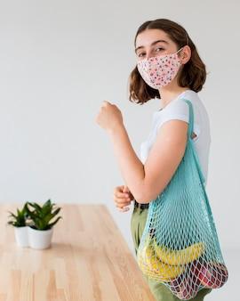 Portret van stijlvolle vrouw gezichtsmasker dragen