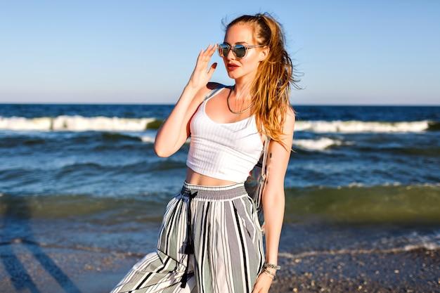 Portret van stijlvolle vrouw poseren, zomer crop top zonnebril en culottes