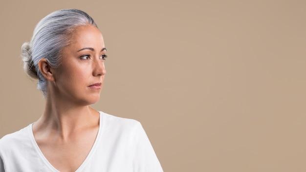 Portret van stoïcijnse oudere vrouw