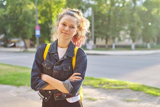Portret van studente 15 jaar oud met rugzak