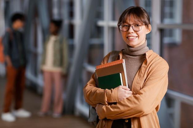 Portret van studente met haar notitieboekjes