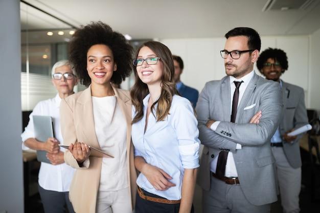 Portret van succesvolle business team poseren in office