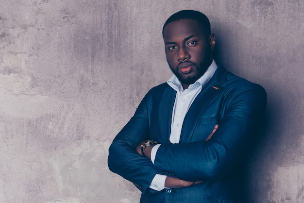 Portret van succesvolle knappe afro-amerikaanse man in stijlvol pak gekruiste handen