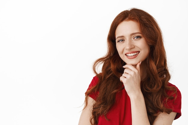 Portret van succesvolle lachende roodharige vrouw