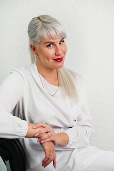 Portret van succesvolle professionele arts schoonheidsspecialist dermatoloog vrouw in schoonheidssalon glimlachend...