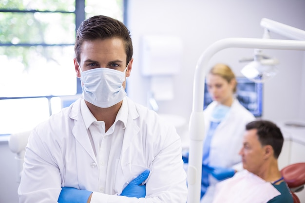 Portret van tandarts die chirurgisch masker draagt