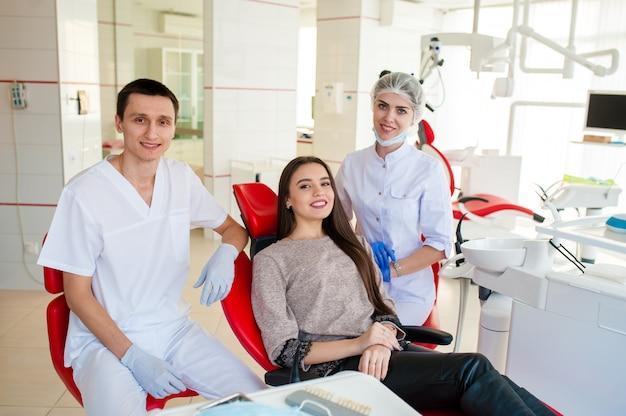 Portret van tandartsen en gelukkig meisje.