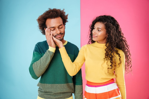 Portret van teder mooi afrikaans amerikaans jong paar