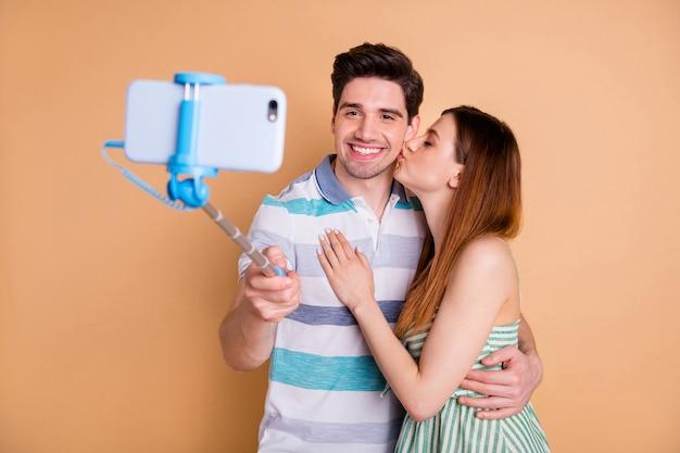 Portret van tedere vrolijke paarvrienden die selfiekus nemen