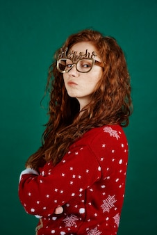 Portret van teleurstelling en verdrietig meisje met kerstmis