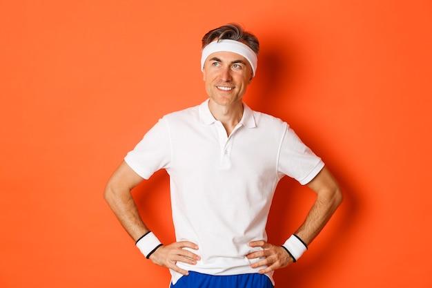 Portret van tevreden man van middelbare leeftijd die sporten doet, tevreden kijkt